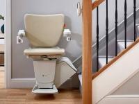 Handicare 1100 – Stoličkový výťah na schody