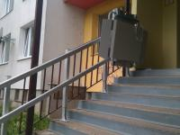 Šikmá schodisková plošina Logic pred bytovým domom
